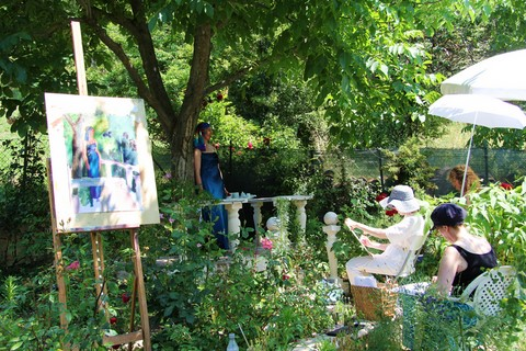 Gruìoup doing figure painting in the garden